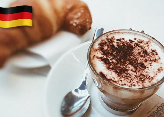 O ceașcă de cafea și un croissant