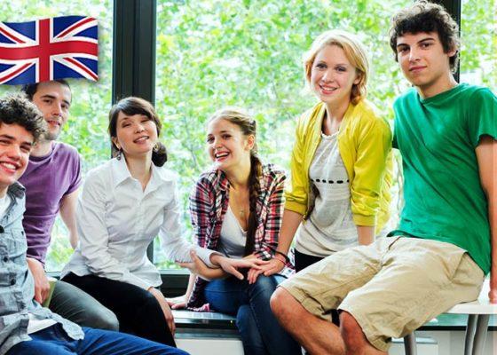 Grup de tineri tineri fericiți