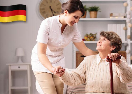 Asistentul geriatric care aparține bătrânei