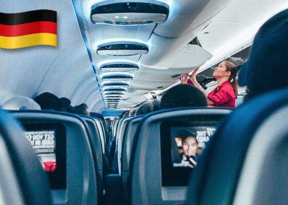 Stewardness în cabina pasagerilor