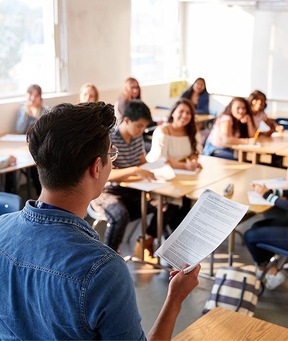 Profesorul care stă în fața clasei