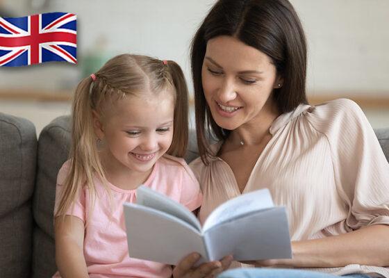 Tânără citind ceva unei fetițe