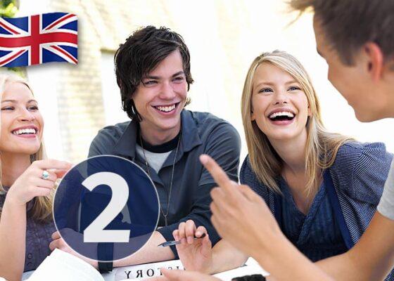 Tinerii de la masă râd și numărul 2