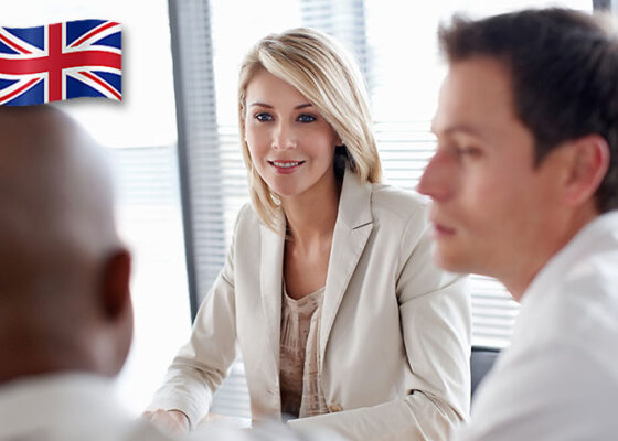 Tânăra blondă care vorbește cu oamenii de afaceri