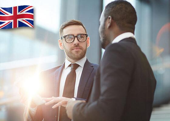 Doi bărbați în costume de afaceri care vorbesc