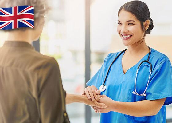o tânără femeie doctor care îi vorbește pacientei