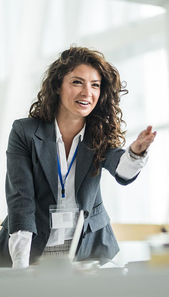 femeie de afaceri tânără și încrezătoare, care face o prezentare