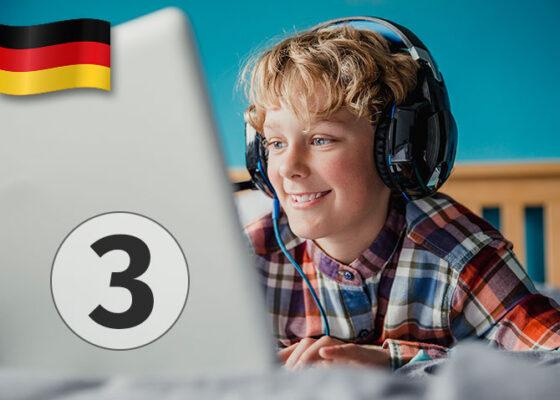 Băiat de 14 ani care se uită la laptop cu căști