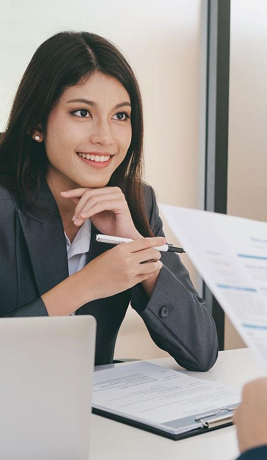 Tânără în interviu de angajare